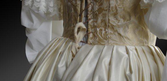 Womit zeichnet sich eine historische Bekleidung aus?